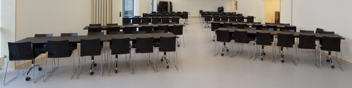 Biblioteket råder over en 240 kvadratmeter stor sal, der kan deles i midten