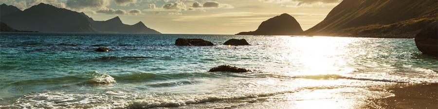 Billede af strand med bjerge i baggrund